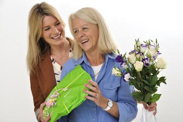 Tochter und Mutter zum Muttertag mit Geschenk