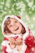 Kleine Miss Santa fängt Schneeflocken