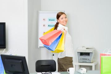 geschäftsfrau kommt vom einkauf