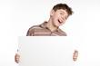 lachender teenager mit hinweisschild