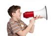 teenager schreit eine durchsage ins megafon