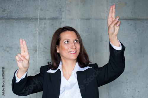 geschäftsfrau navigiert mit den fingern