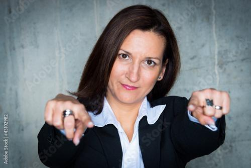 geschäftsfrau zeigt mit beiden fingern