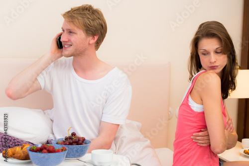 frau ist beleidigt auf ihren partner