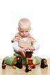 Kind spielt mit Matroschka-Puppen