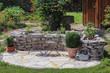 Sitzplatz im Garten mit Kräuterbeet - 43104712