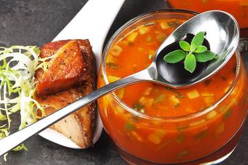 Kalte Gemüsesuppe mit gebratenem Lachs