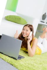 junge studentin kauft erfolgreich online ein