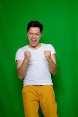 glücklicher junger mann jubelt