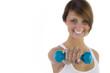 Lachende Frau zeigt blaue Hantel