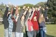 gruppo studenti allegri con le mani alzate