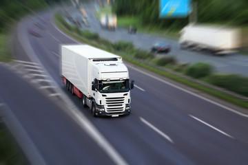 LKW liefert aus