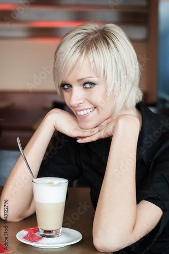 Hübsche Frau in einem Cafe