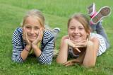 Zwei Mädchen fröhlich im Gras