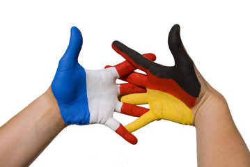 Hände mit deutschen und französischen Flaggen; Gemeinschaft