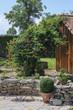 Sitzplatz im Garten mit Gartenhütte