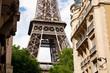 Eiffelturm in Paris mit Häusern