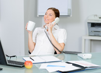 frau telefoniert entspannt bei einem kaffee