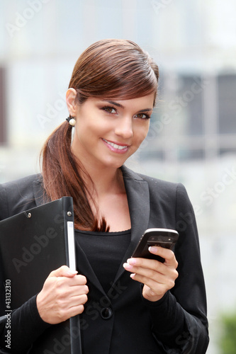 femme d 39 affaire arrivant au bureau en lisant ses mails de rg photo libre de droits 43132310. Black Bedroom Furniture Sets. Home Design Ideas