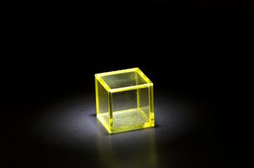 黄色の立方体ブロック