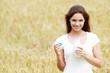 Jeune femme buvant du lait dans un champ de blé