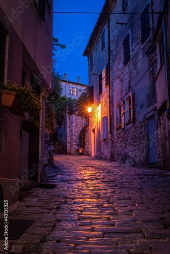 stara-ulica-przy-noca-panorama-chorwacja