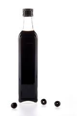 Botella de vinagre con aceitunas negras
