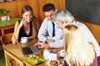 Business-Team bei Meeting im Café