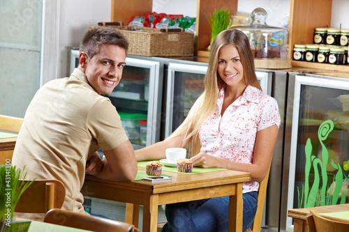 Paar beim Kaffeetrinken im Café