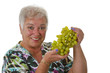 Seniorin mit Weintrauben