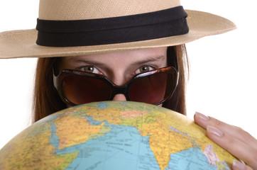 Frau mit Weltkugel und Sonnenbrille