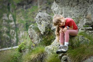 bambina bionda in montagna
