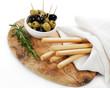 Oliven mit Grissinis