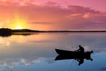 Angler auf dem See bei Sonnenuntergang