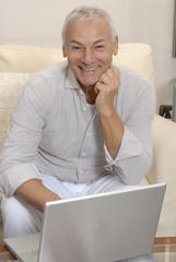 Un señor trabajando un ordenador,compras por internet.