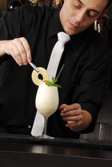 Barman preparando un coctel,preparando un trago.