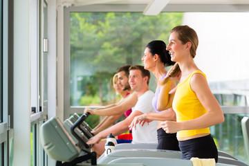 Fitness Studio - Leute beim Sport auf Laufband