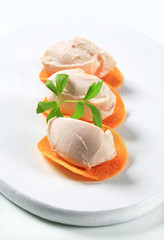 Savory mousse on crisps