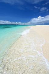 水納島の透明なサンゴの海と夏空