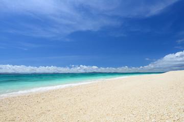 南国沖縄の真っ白い砂浜と紺碧の空