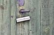 Herzlich willkommen Schild an einer Türklinke