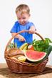 Kleinkind mit Lebnsmitteln