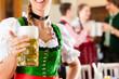 Junge Leute in Bayerischer Tracht in Restaurant
