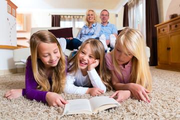 Familie liest ein Buch zusammen