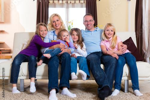 Familie auf der Couch daheim im Wohnzimmer - 43157509