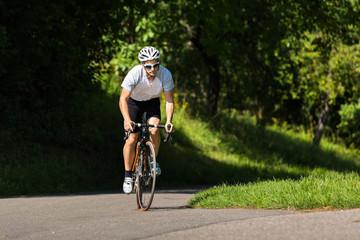 Rennradfahrer im Anstieg im Wiegetritt