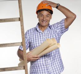 Señor arquitecto sujetando planos de construcción y escalera.