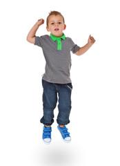 Kleiner Junge springt in die Luft