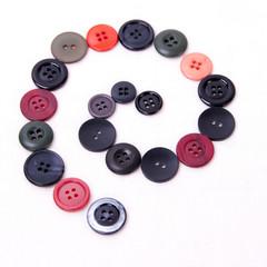 Spirale di bottoni neri e rossi