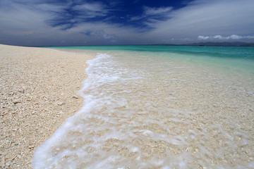 真っ白いビーチに打ち寄せる透明な波